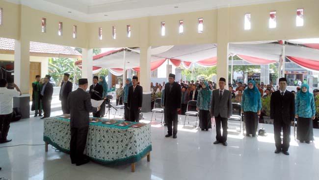 Camat Krembung, Drs Abdul Muid M, Si saat melantik dan mengambil sumpah jabatan kepada 7 pejabat Kepala Desa (gus)
