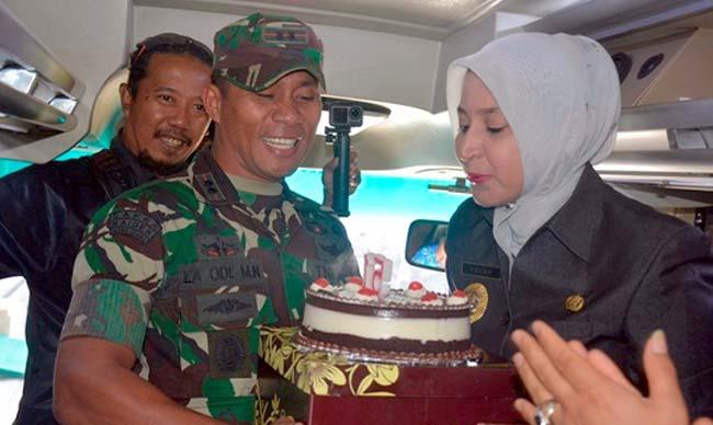 Dandim 0824 Jember La Ode M Nurdin beri surprise bupati Jember dr Hj Faida MMr di Hari Ulang Tahunnya. (ist)