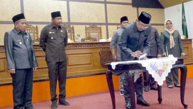 Bupati dan Pimpinan DPRD saat menandatangani nota kesepakatan KUPA-PPAS