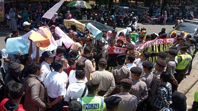 Aksi demo yang dilakukan oleh warga di depan Bank BRI Bangkalan
