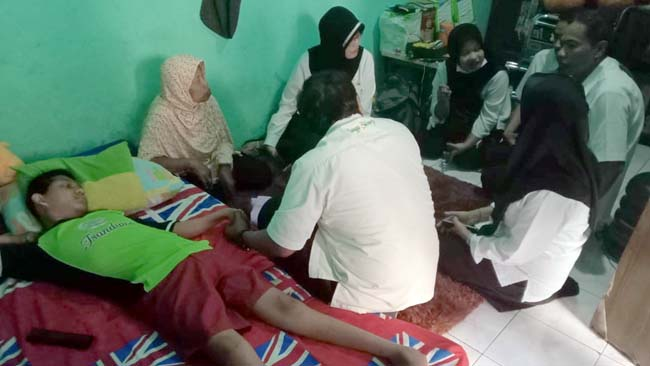 Dimas Satria Harus Jalani Fisioterapi Tim Home Care RSUD Sidoarjo