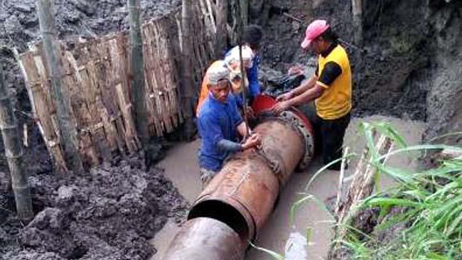 Aktivitas penanaman pipa air bersih