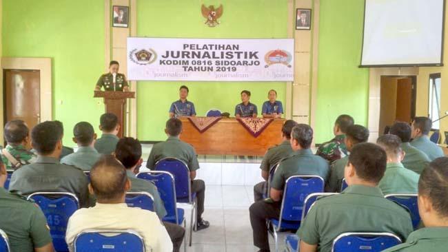 PELATIHAN - Komandan Kodim 0816 Sidoarjo, Letkol Inf Mohamad Iswan Nusi memberikan gambaran soal Pelatihan Jurnalistik kepada puluhan anggotanya, Rabu (18/9/2019)