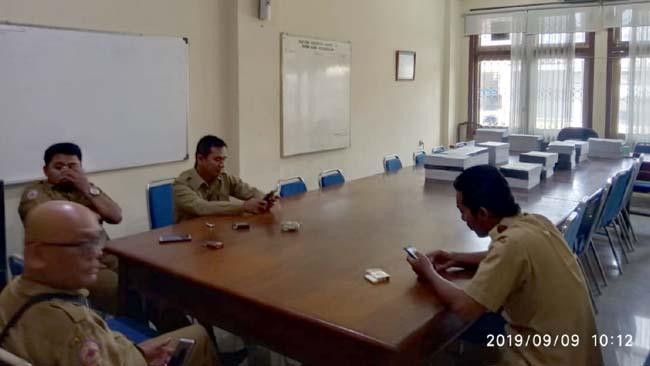 Sepi, Ruangan salah satu komisi hanya berisi beberapa orang staff DPRD Bangkalan