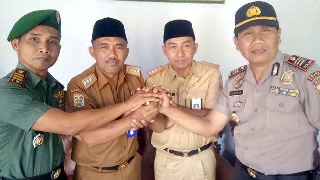 Drs H Sugeng Hari Susanta MM, Yateno SH MSi Camat Gedangan bersama Kapolsek Gedangan AKP Nuryono, Kapten CHp Sulistiono Danramil 0818/31 Gedangan. (sur)