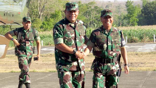 KUNKER: Letjen TNI Joni Supriyanto disambut Dandim 0823 Situbondo Letkol inf Akhmad Juni Toa SE MI Pol. (im)