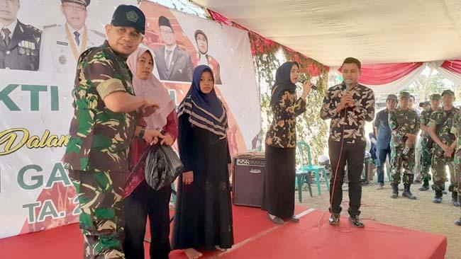 BANTU WARGA : Dandim 0823 Situbondo Letkol Inf Akhmad Juni Toa SE MI Pol saat memberikan sembako pada masyarakat sekitar tempat latihan gabungan TNI Tahun 2019. (Winda)