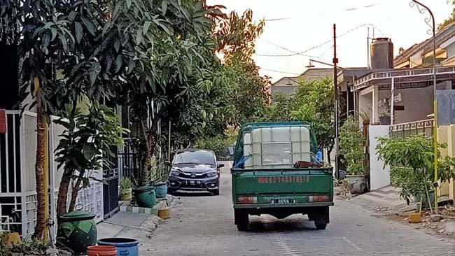 Salah satu armada pengangkut air milik penjual air bersih saat melayani pemesan diperumahan digresik