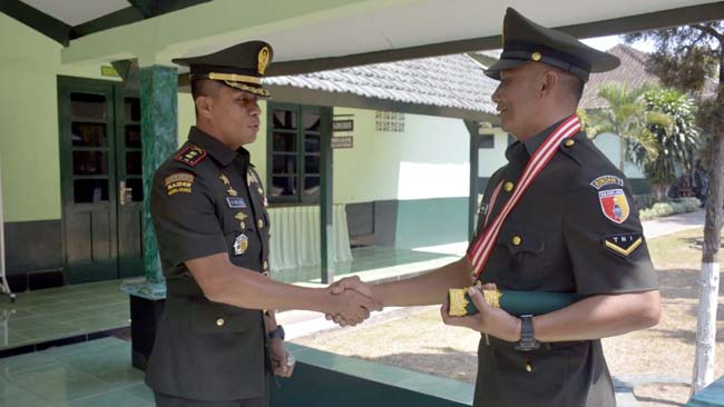 Dandim 0824 Ltkol Inf La Ode M. Nurdin (kanan) bersama serda Budiharto. (ist)