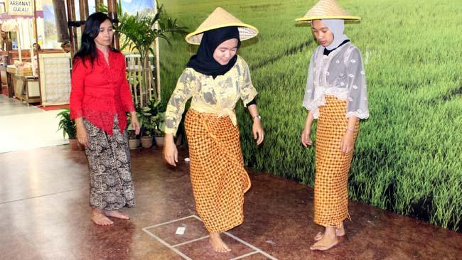 Remaja dan orang tua bermain engklek. (rhd)