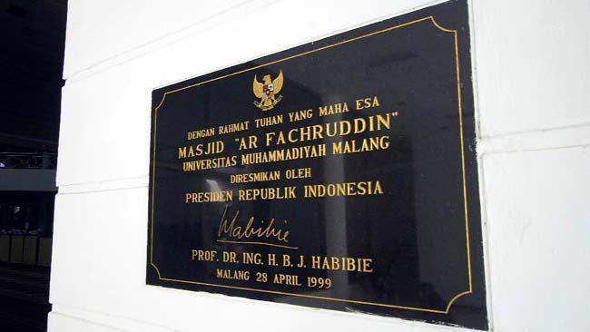 Prasasti peresmian Masjid AR. Fachrudin, yang ditandatangani Presiden ketiga RI, BJ Habibie. (ist)