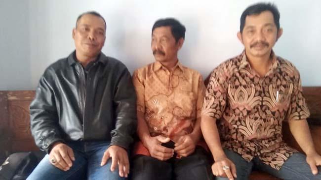 Dari Kiri, Yadiono, Sutrisno Ketua BPD dan Sulikan Ketua Panitia Pilkades Sonowangi. (H Mansyur Usman/Memontum.Com)