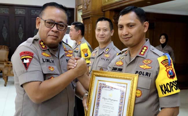 PENGHARGAAN - Kapolda Jatim, Irjen Pol Luki Hermawan memberi penghargaan kepada tiga Kapolres jajaran Polda Jatim yang diserahkan dalam apel di Mapolda Jatim, Senin (09/09/2019)
