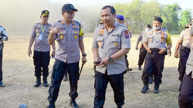 DISAMBUT: Wakapolda Jatim saat disambut Kapolres Situbondo di Puslatpur Marinir Situbondo. (Winda)
