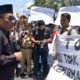 Ketua DPRD Kabupaten Trenggalek Samsul Anam beserta wakil rakyat yang lain turun temui masa demonstrasi didepan Gedung DPRD