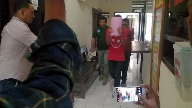 ABG : Tersangka di bawah umur dewasa dibawa ke Polres Malang. (sos)