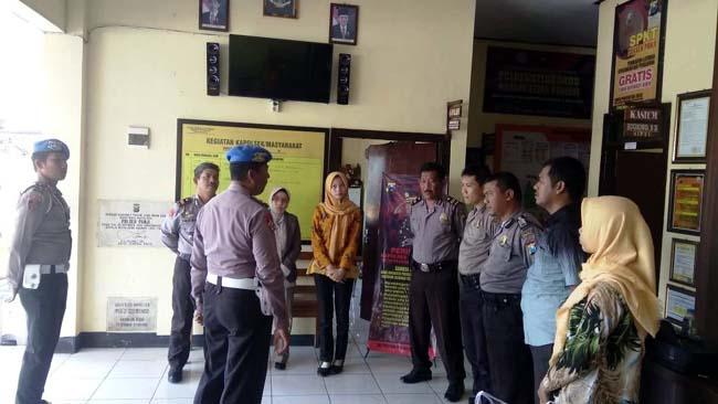 Kasi Propam Polres Situbondo, IPDA Harsono SH saat kunjungi Polsek Kapongan Situbondo dan tampak memberikan arahan kepada Kapolsek serta pada semua anggotanya. (im)