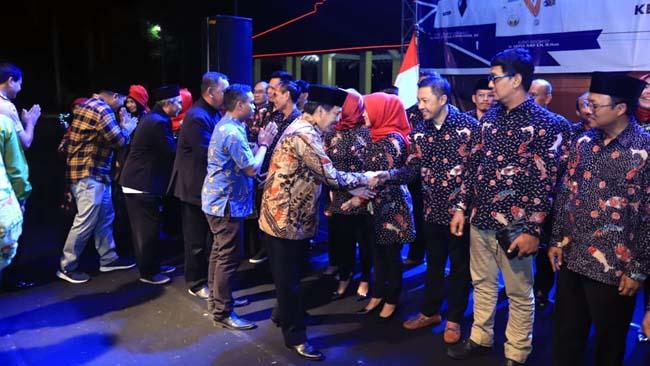 DILANTIK - Puluhan pengurus Kadin Sidoarjo periode 2019 - 2024 dilantik di Alun-Alun Sidoarjo bersamaan Great Expo dan peluncuran aplikasi sidoarjobisnis.com, Senin (23/09/2019) malam