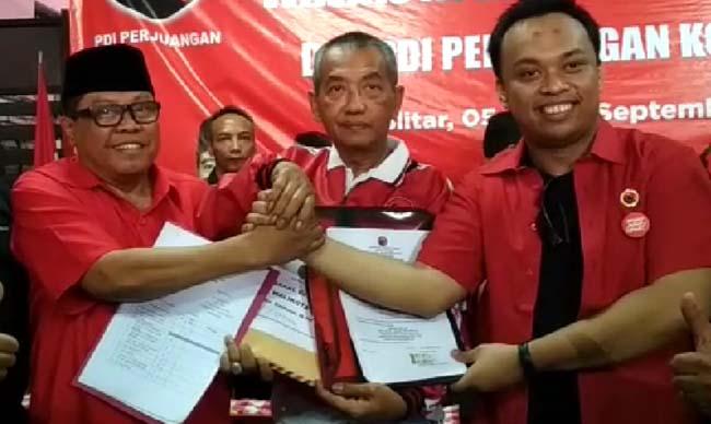 Henry Pradipta Anwar bersama Plt Wali Kota Blitar Santoso mengembalikan formulir pendaftaran Cawali dan Cawawali Kota Blitar 2020 di Kantor DPC PDI Perjuangan Kota Blitar