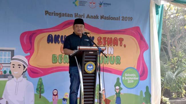 HAN - Bupati Sidoarjo, Saiful Ilah membuka acara Peringatan Hari Anak Nasional (HAN) di Ponpes Al Amanah Desa Junwangi, Kecamatan Krian, Sidoarjo dengan memukul gong, Minggu (8/9/2019)