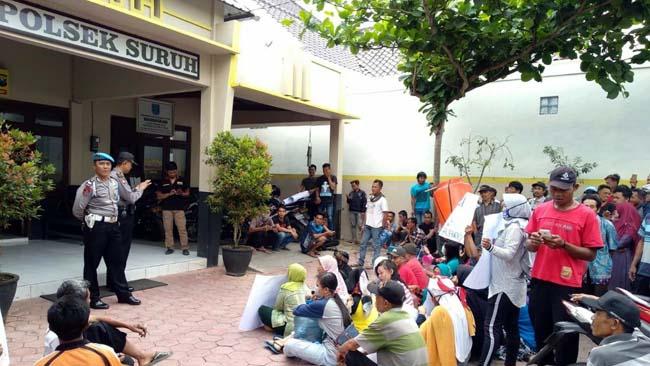 puluhan warga Desa Gamping saat mendatangi Polsek Suruh