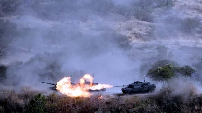 Sejumlah Tank melakukan tembakan dalam latihan gabungan (Latgab) TNI Dharma Yudha 2019 dari titik tinjau T.12 Pusat Latihan Tempur Korps Marinir di Karang Tekok, Kabupaten Situbondo, Jawa Timur. (Winda)