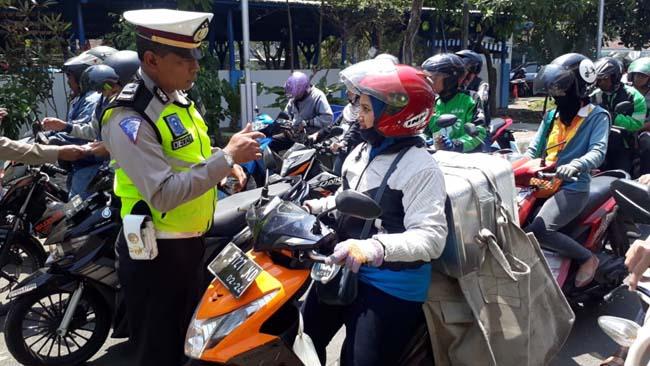 Petugas Lantas Polres Malang Kota Razia Patuh 2019 di Terminal Landungsari. (gie)