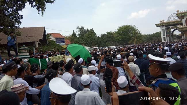 Ribuan Warga Jalan Kaki, Antarkan Jenazah RKH Fuad Amin Imron ke Makam