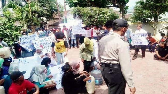 Puluhan warga Desa Gamping, Datangi Polsek Suruh
