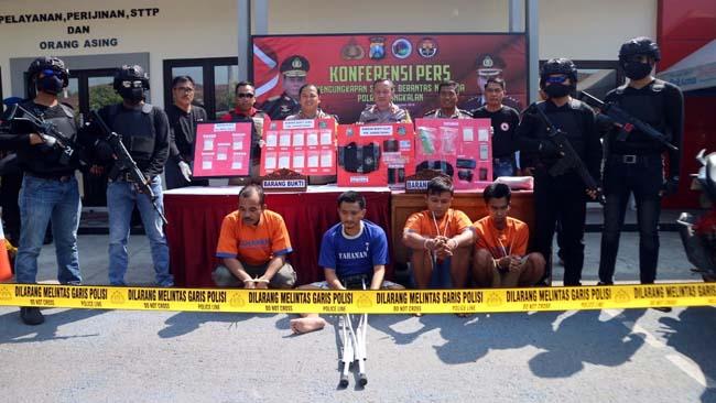 Kapolres Bangkalan AKBP Boby Paludin Tambunan Tunjukan Barang Bukti Sabu Seberat 1,46 Kilogram, Minggu (8/9/2019)