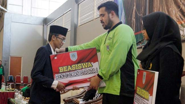 BANGGA : Nawawi Secara simbolis menerima beasiswa, diserahkan oleh Wali Kota Hadi Zainal Abidin (ist)