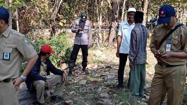 Tim pembebasan lahan stadion saat melakukan pengukuran tanah di Desa Batu Karang Kecamatan Camplong. (zyn)