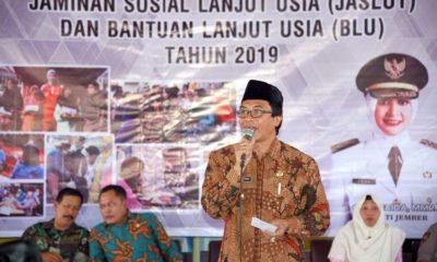 Wabup Muqit Arief salurkan bantuan kepada sejumlah lansia. (gik)
