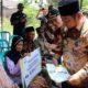 SANTUNAN - Bupati Sidoarjo, Saiful Ilah memberikan santunan kepada Mbok Jumaiyah (80) warga Dusun Mergayu, Desa Mergobener, Kecamatan Tarik, Sidoarjo yang rumah bagian belakangnya terbakar, Selasa (08/10/2019)