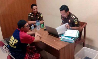 DIPERIKSA: Abu Hari Tersangka Kasus Korupsi ADD / DD saat diperiksa pengadilan negeri Denpasar Bali, Diduga Terlibat Penggandaan Uang. (imam)