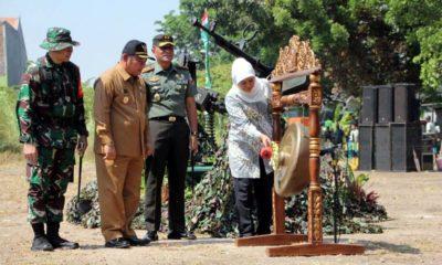 Gubernur Jawa Timur Khofifah Indar Parawansa menabuh gong pertanda pembukaan kegiatan TMMD di Dukuhsari, Kecamatan Jabon, Sidoarjo (gus)