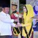 GUK YUK - Bupati Sidoarjo, Saiful Ilah menyerahkan hadiah dan tropi kepada Guk dan Yuk Tahun 2019 yakni Guk Deni dan Yuk Lina dari Kecamatan Sukodono, Sidoarjo, Jumat (18/10/2019) malam