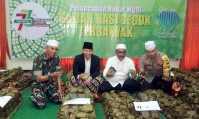 (tengah) Bupati dan Forkopimda Trenggalek menunjukkan ribuan nasi gegok dalam rangka Harlah Muslimat NU di pendopo Agung Manggala Praja Nugraha