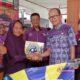 Kepala Desa Watutulis, Warsono menyerahkan bantuan program Jalin Matra didampingi koordinator pendamping Kabupaten Kasmuin. (par)