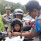 GRATIS : Kapolres Malang Kota AKBP Dony membagikan helm geratis. (gie)