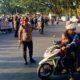 TURUN LANGSUNG : Kapolres Malang Kota AKBP Dony membantu mengatur lalu lintas selama terjadinya Unras. (ist)