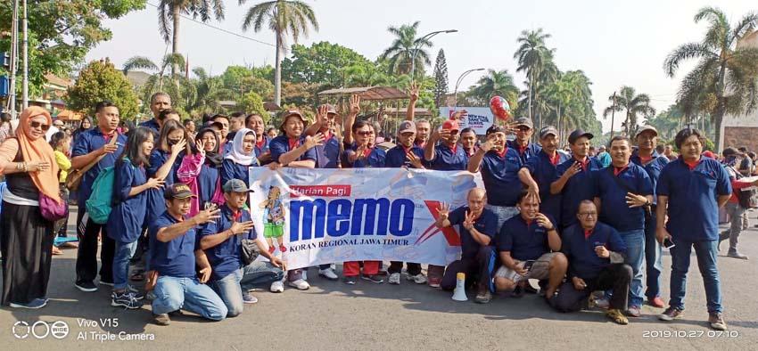 Keluarga besar Memo X Grup jalan sehat di Car Freeday Jl Ijen Kota Malang. (istimewa)