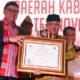 Mendagri Tjahjo Kumolo (kiri) saat menyerahkan piagam penghargaan IGA Award 2019 kepada Bupati Malang HM Sanusi (kanan), di Hotel Borobudur Jakarta. (Istimewa/Humas)