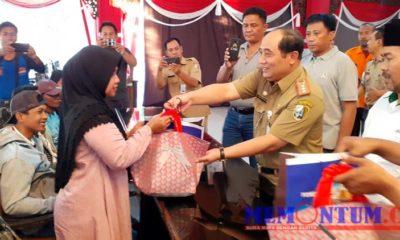 Sekretaris Daerah Kabupaten Sampang Yuliadi Setiawan saat memberikan bantuan kepada pengungsi di Pendopo Trunojoyo Sampang. (zyn)