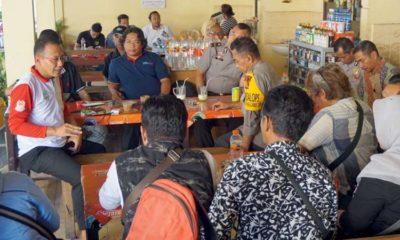 Kapolres Situbondo AKBP Awan Hariono SH SIK MH tampak berbincang-bincang dengan Kabiro Situbondo Media Cetak Harian Pagi Memo X. (ist)