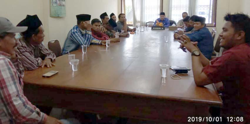Perwakilan masyarakat Desa Banyuning Laok Kecamatan Geger melakukan hearing ke komisi A DPRD Bangkalan,(1/10/2019).