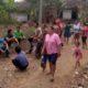 Warga dukuh Racak Dusun Cemoro Desa Balak, Kecamatan Songgon saat tidak bisa keluar akibat akses jalan satu-satunya ditutup oleh pemiliknya. (tut)