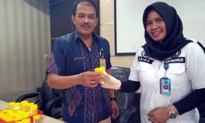 Camat Jabon Mokhamad Aziz Muslim S. Sos (kiri), dan (kanan) BNN Sidoarjo, Kasi P2M AKP Siti Saida SH, Msi simbolis serahkan botol tes urin (gus)