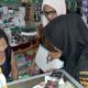 Petugas saat melakukan razia sekakigus melakukan sosialisasi terkait rokok ilegal ke pedagang Pasar Klojen. (gie)