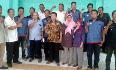 Anggota KPU dan pengurus LSM Seven Gab foto bersama usai melakukan pertemuan . (sul)